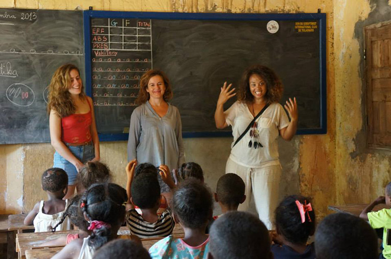 Volunteer teaching a a primary school in Fort Dauphin, Madagascar
