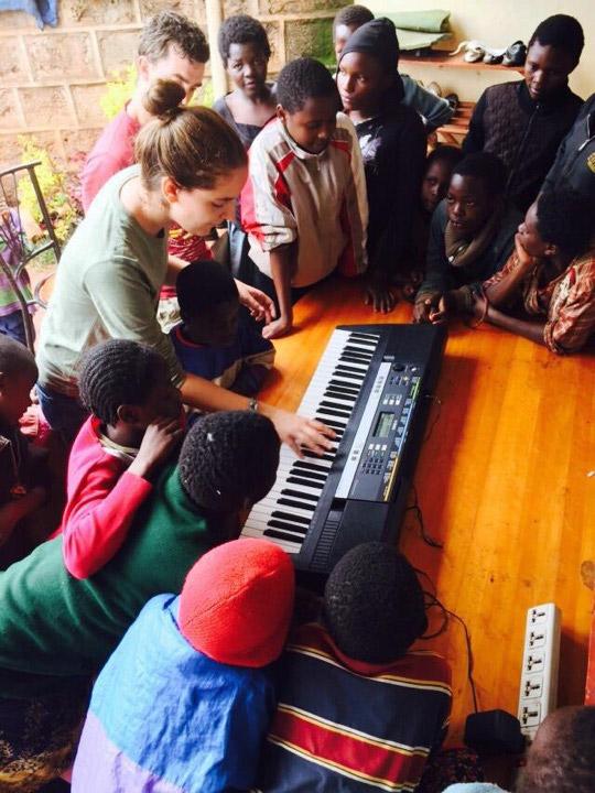 Volunteer in Kenya teaching music
