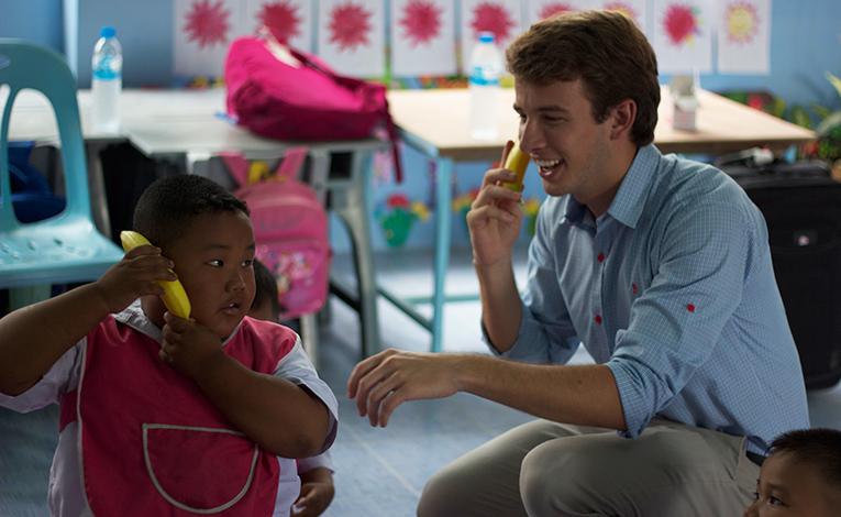 Volunteer teacher in Thailand with local student