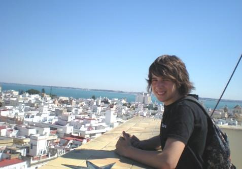 A student on top of the building, looking at the streets of Cadiz