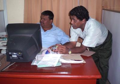 Projects Abroad volunteer assisting a coworker at his Business placement. Colombo, Sri Lanka