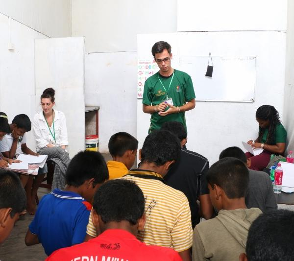 Volunteer in Sri Lanka teaching english to children